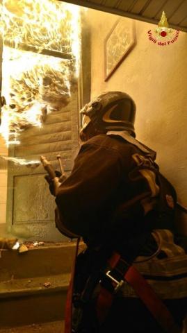 Incendio palazzina 030216 Luino Vigili del fuoco