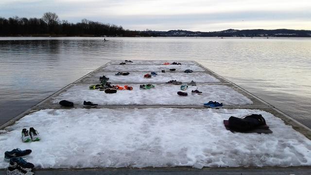 A piedi nudi sul lago ghiacciato